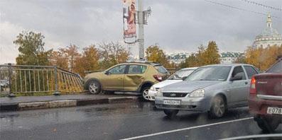 В Орле автомобиль Рено «Сандера» чуть не вылетел с моста